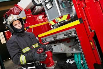 Pompier en train d'eteindre un feu voiture