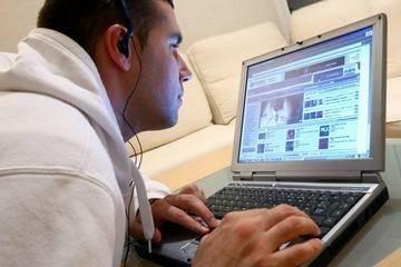 adolescent surfant sur internet